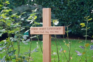 personalised-wooden-memorial-cross-makemesomethingspecial.com